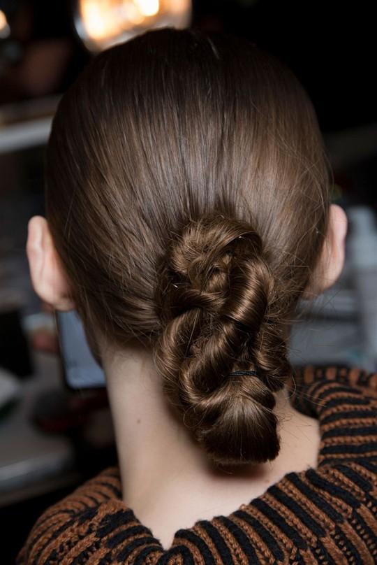 Những kiểu tóc đẹp trên sàn diễn thời trang mà bạn có thể học theo - Ảnh 14.