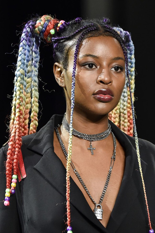 Những kiểu tóc đẹp trên sàn diễn thời trang mà bạn có thể học theo - Ảnh 16.