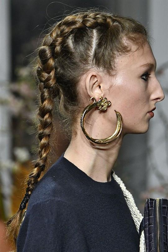 Những kiểu tóc đẹp trên sàn diễn thời trang mà bạn có thể học theo - Ảnh 4.