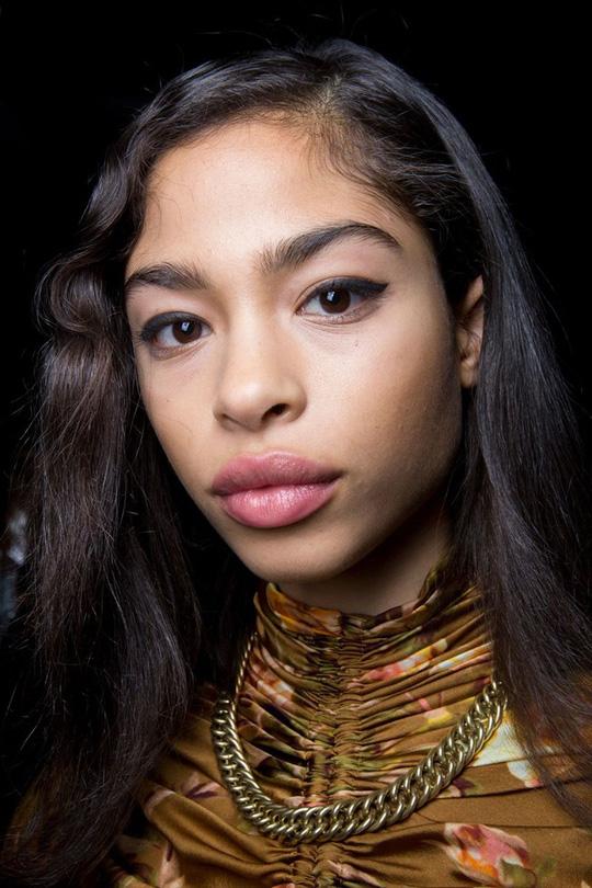 Những kiểu tóc đẹp trên sàn diễn thời trang mà bạn có thể học theo - Ảnh 7.