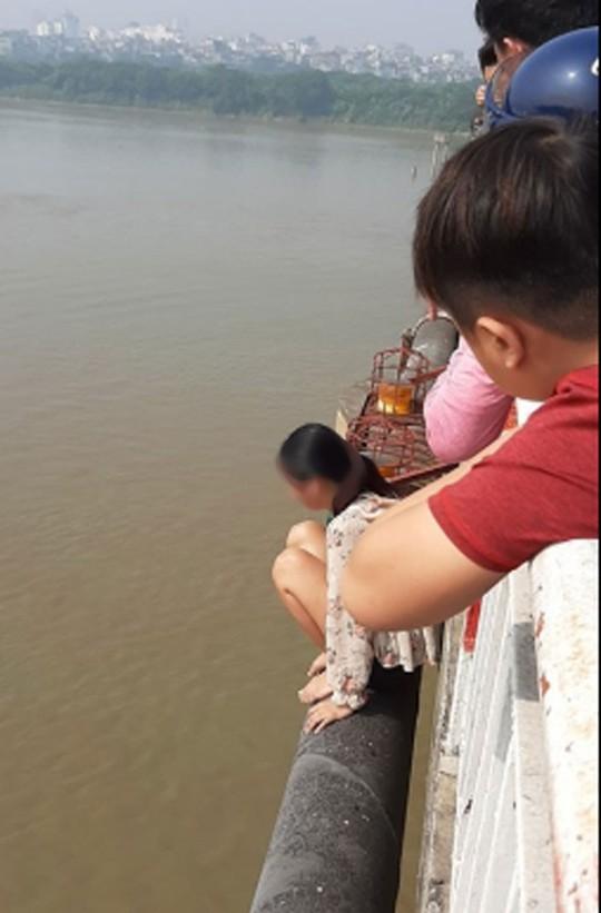 Bỏ lại con nhỏ, người phụ nữ khóc lóc leo qua thành cầu Chương Dương định tự tử - Ảnh 1.
