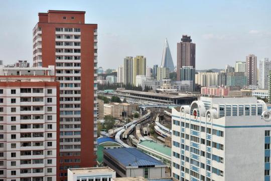 Vì sao cửa sổ cao ốc ở Bình Nhưỡng bị bịt kín? - Ảnh 1.
