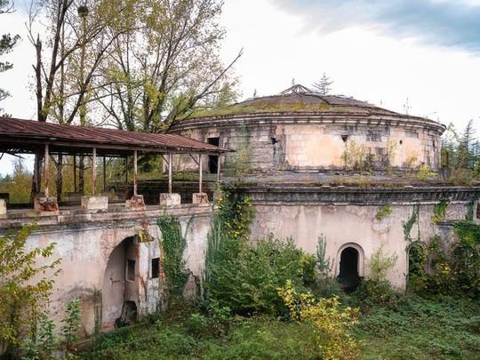 photo 10 15702652570431059410803 - Có gì tại khu nghỉ dưỡng sang trọng bị bỏ hoang, đổ nát của Liên Xô cũ