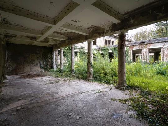 Có gì tại khu nghỉ dưỡng sang trọng bị bỏ hoang, đổ nát của Liên Xô cũ - Ảnh 13.