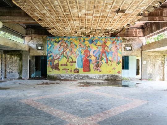 Có gì tại khu nghỉ dưỡng sang trọng bị bỏ hoang, đổ nát của Liên Xô cũ - Ảnh 16.