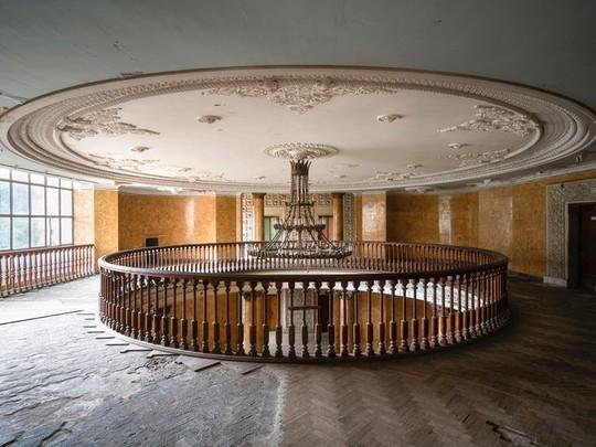 photo 3 15702652570341505173906 - Có gì tại khu nghỉ dưỡng sang trọng bị bỏ hoang, đổ nát của Liên Xô cũ