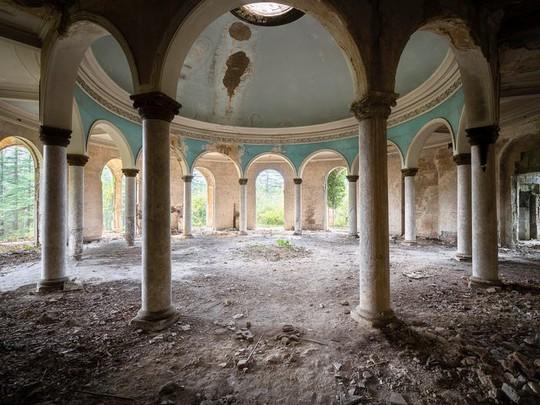 photo 9 15702652570422020240390 - Có gì tại khu nghỉ dưỡng sang trọng bị bỏ hoang, đổ nát của Liên Xô cũ