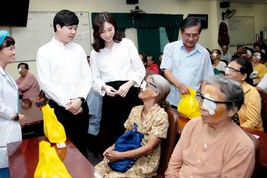 Hoa hậu Đặng Thu Thảo giúp 300 người nghèo mổ mắt - Ảnh 1.