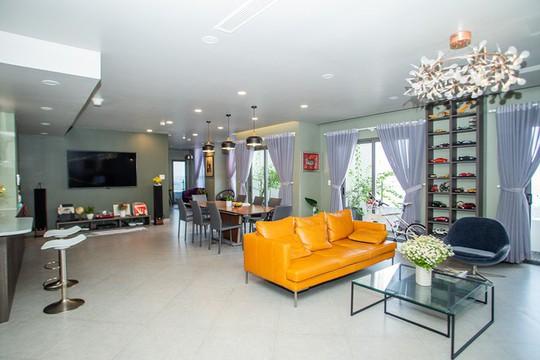 Chủ nhà gộp ba căn hộ để có phòng khách hơn 100 m2 - Ảnh 1.