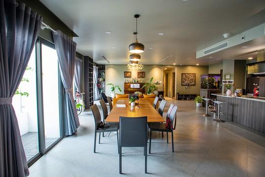 Chủ nhà gộp ba căn hộ để có phòng khách hơn 100 m2 - Ảnh 2.