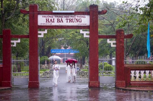 Khoảnh khắc mưa lãng mạn ở Huế - Ảnh 2.