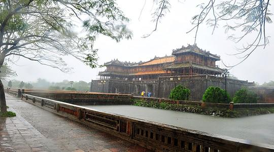 Khoảnh khắc mưa lãng mạn ở Huế - Ảnh 15.