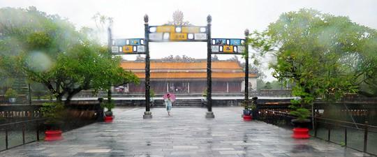 Khoảnh khắc mưa lãng mạn ở Huế - Ảnh 16.