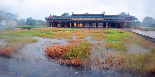 Khoảnh khắc mưa lãng mạn ở Huế - Ảnh 17.