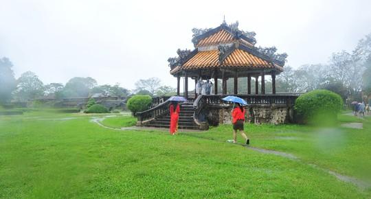Khoảnh khắc mưa lãng mạn ở Huế - Ảnh 18.