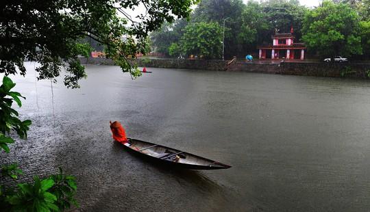 Khoảnh khắc mưa lãng mạn ở Huế - Ảnh 19.