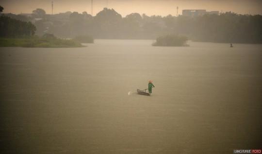Khoảnh khắc mưa lãng mạn ở Huế - Ảnh 20.