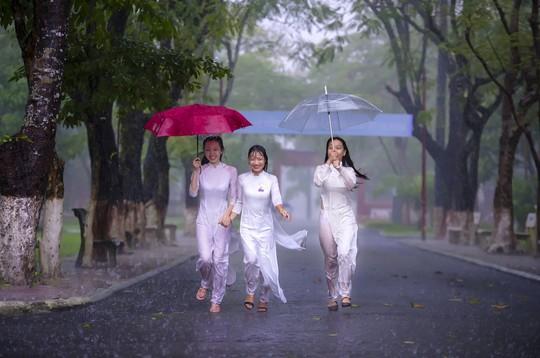 Khoảnh khắc mưa lãng mạn ở Huế - Ảnh 3.