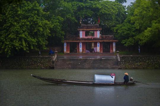 Khoảnh khắc mưa lãng mạn ở Huế - Ảnh 21.