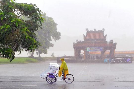 Khoảnh khắc mưa lãng mạn ở Huế - Ảnh 22.