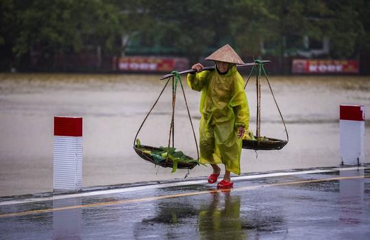 Khoảnh khắc mưa lãng mạn ở Huế - Ảnh 23.