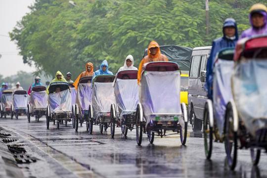Khoảnh khắc mưa lãng mạn ở Huế - Ảnh 24.
