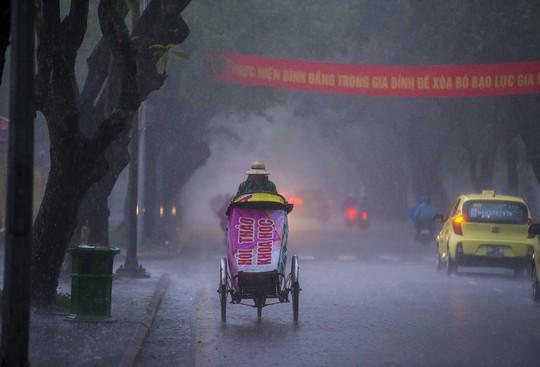 Khoảnh khắc mưa lãng mạn ở Huế - Ảnh 25.