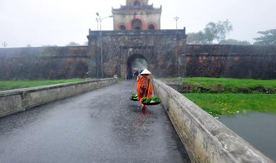 Khoảnh khắc mưa lãng mạn ở Huế - Ảnh 26.