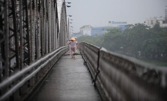 Khoảnh khắc mưa lãng mạn ở Huế - Ảnh 27.