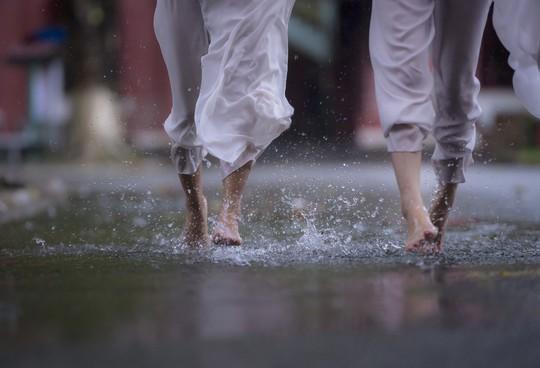 Khoảnh khắc mưa lãng mạn ở Huế - Ảnh 4.