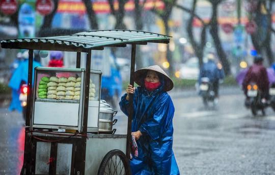 Khoảnh khắc mưa lãng mạn ở Huế - Ảnh 31.