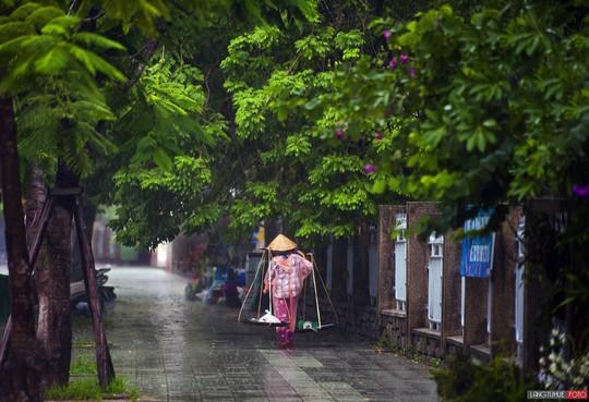 Khoảnh khắc mưa lãng mạn ở Huế - Ảnh 37.