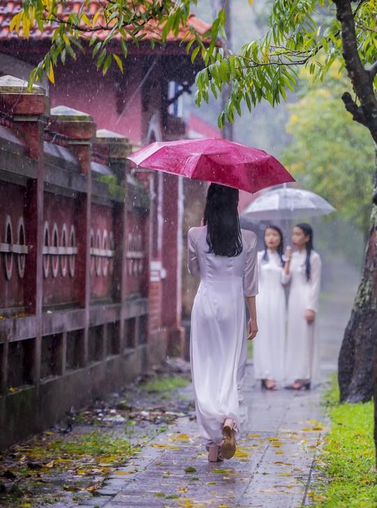 Khoảnh khắc mưa lãng mạn ở Huế - Ảnh 5.