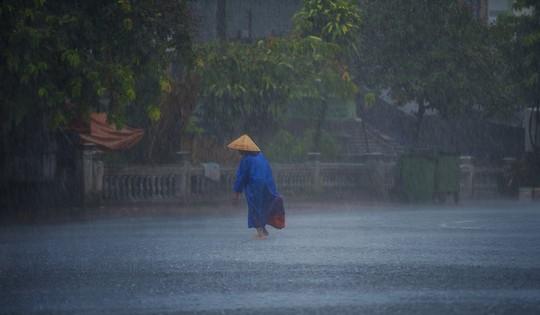 Khoảnh khắc mưa lãng mạn ở Huế - Ảnh 6.