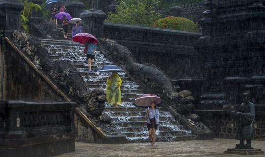Khoảnh khắc mưa lãng mạn ở Huế - Ảnh 7.