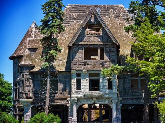 Những căn biệt thự sang trọng hàng triệu USD bị bỏ hoang - Ảnh 1.