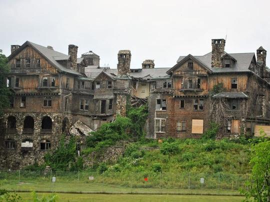 Những căn biệt thự sang trọng hàng triệu USD bị bỏ hoang - Ảnh 3.