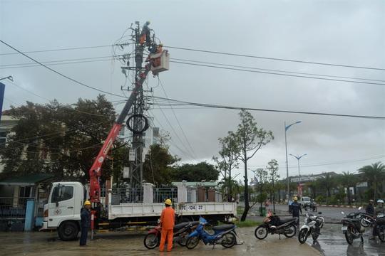 PC Bình Định: Cấp điện lại cho 100% khách hàng bị ảnh hưởng bão số 6 - Ảnh 1.