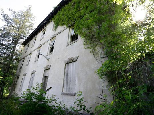 Những căn biệt thự sang trọng hàng triệu USD bị bỏ hoang - Ảnh 7.
