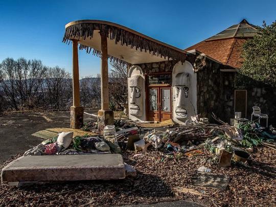 Những căn biệt thự sang trọng hàng triệu USD bị bỏ hoang - Ảnh 8.