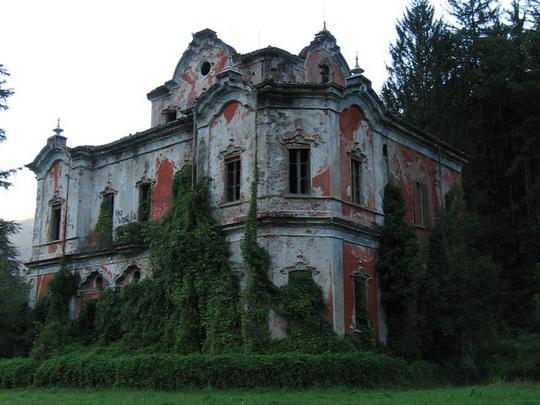 Những căn biệt thự sang trọng hàng triệu USD bị bỏ hoang - Ảnh 9.