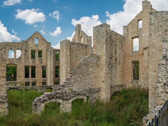 Những căn biệt thự sang trọng hàng triệu USD bị bỏ hoang - Ảnh 10.