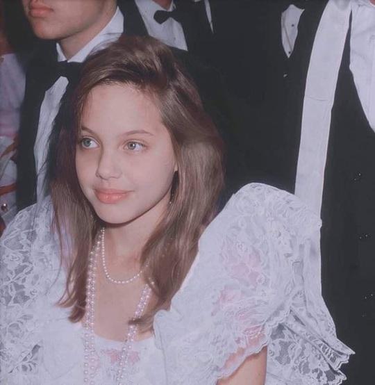 Bất ngờ nhan sắc thời niên thiếu của Angelina Jolie - Ảnh 2.