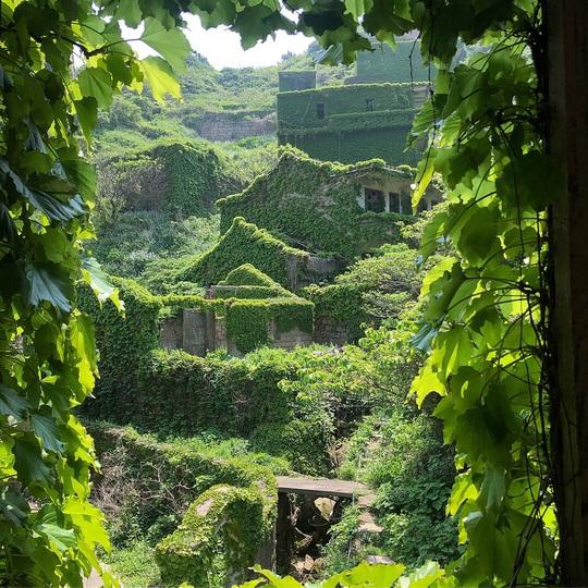 Ngôi làng bỏ hoang hóa như xứ sở cổ tích - Ảnh 1.