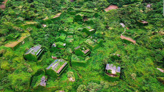 Ngôi làng bỏ hoang hóa như xứ sở cổ tích - Ảnh 3.