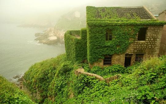 Ngôi làng bỏ hoang hóa như xứ sở cổ tích - Ảnh 6.