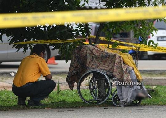 Con trai đâm chết mẹ, đẩy xác trên xe lăn - Ảnh 1.