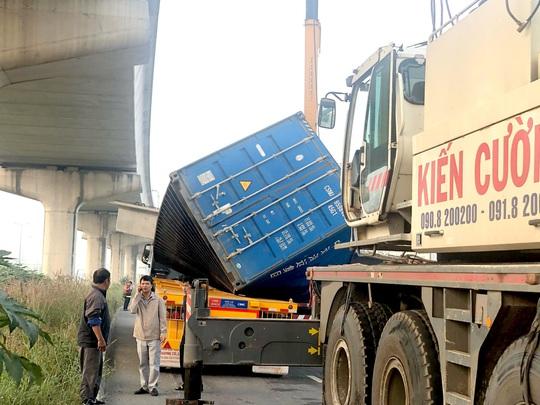 TP HCM: Xe container kéo sập cầu bộ hành trước cổng Suối Tiên - Ảnh 4.