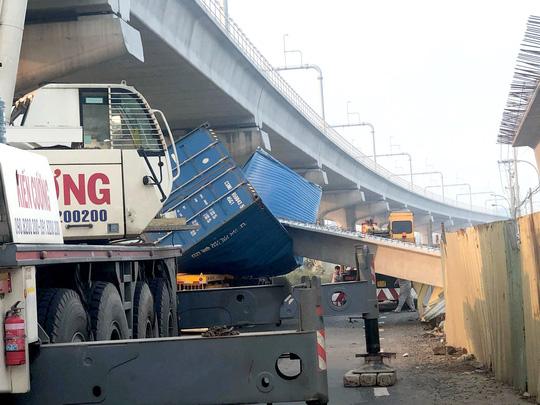 TP HCM: Xe container kéo sập cầu bộ hành trước cổng Suối Tiên - Ảnh 1.