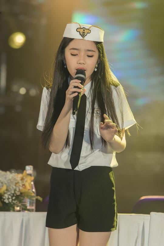 Cô bé triệu view Jennifer Thiên Nga chơi lớn hơn ca sĩ - Ảnh 1.